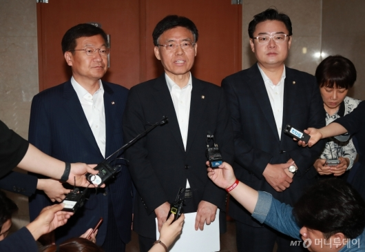 [사진]'오신환→최교일 교체', 자유한국당 효력정지가처분 신청