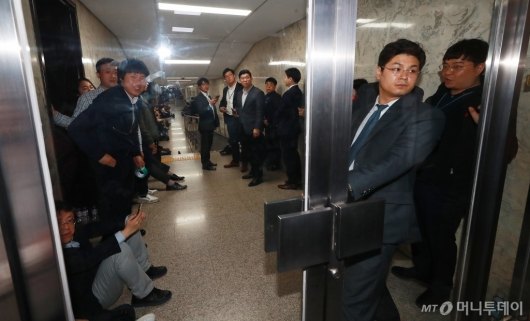 [사진]사개특위 회의장 복도까지 점거한 자유한국당