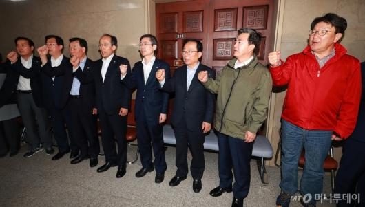 [사진]국회 운영위 회의실도 막은 자유한국당