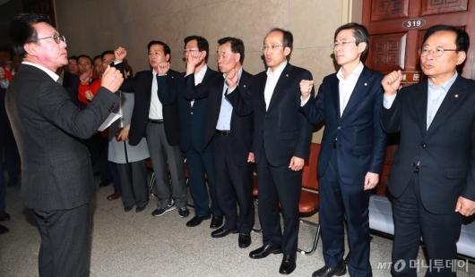 [사진]운영위 회의실 막은 자유한국당 의원들