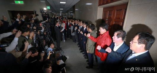 [사진]운영위 회의실도 봉쇄한 자유한국당