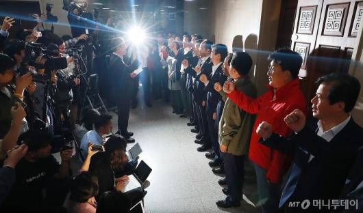 [사진]정치·사법개혁특위 예상 회의장 봉쇄...자유한국당 총동원