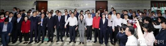 [사진]의안과 앞에서 애국가 제창하는 자유한국당