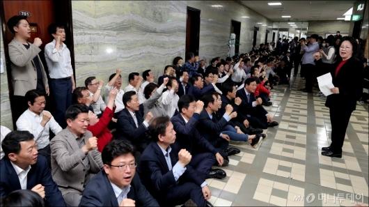 [사진]국회 의안과 앞 지키는 자유한국당