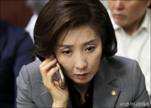 [사진]통화하는 나경원 원내대표