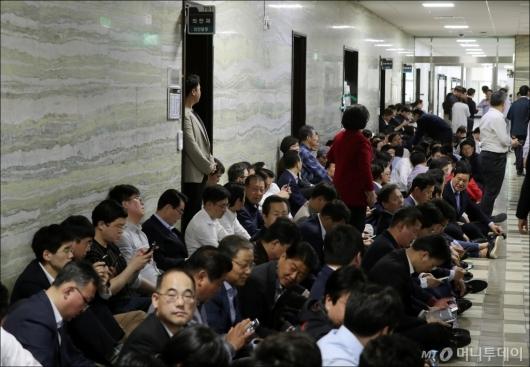 [사진]자유한국당, '국회 의안과 앞 점거중'