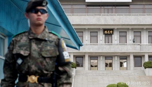 [사진]판문각 경계근무 서는 헌병