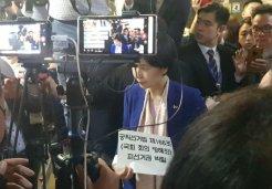 한국당 '애국가 투쟁'에<br> 민주당 '실소'