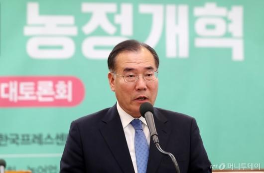 [사진]이개호 장관, '사람중심의 농정개혁' 대토론회 축사