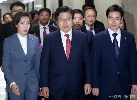 [사진]최고위원회의 참석하는 황교안 대표