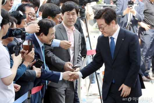 [사진]지지자들과 악수하는 이재명 경기지사