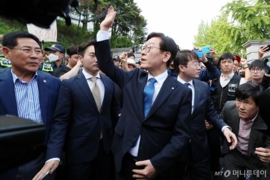 [사진]손 흔드는 이재명 지사