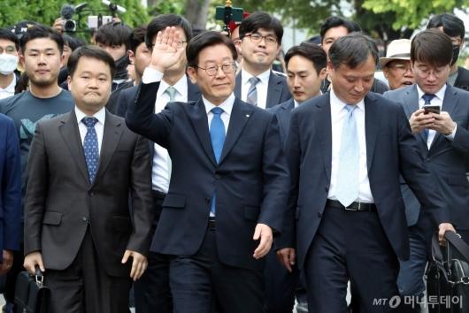 [사진]지지자들 향해 손 흔드는 이재명 지사