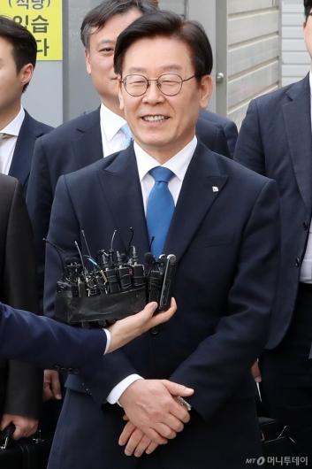 [사진]미소로 답하는 이재명 지사