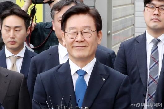 [사진]미소 되찾은 이재명 지사