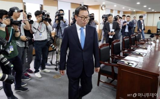 [사진]검찰과거사위원회 회의 참석하는 정한중 대행