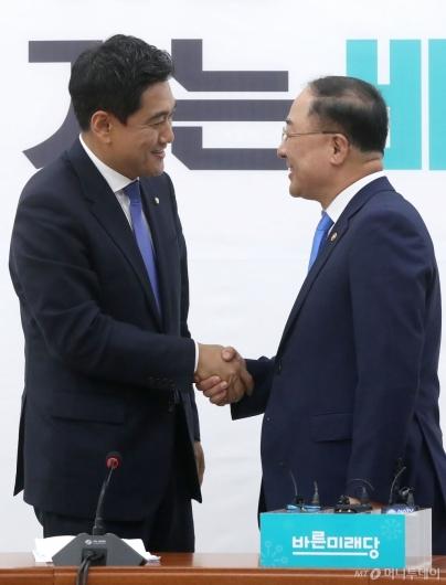 [사진]홍남기 경제부총리 예방 받는 오신환