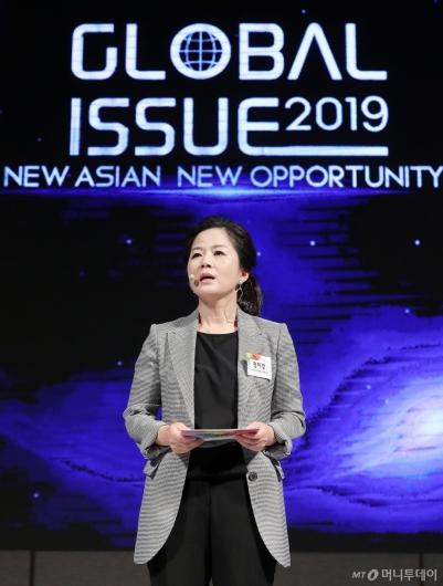 [사진]'글로벌 이슈2019' 기조연설 하는 정미경 본부장