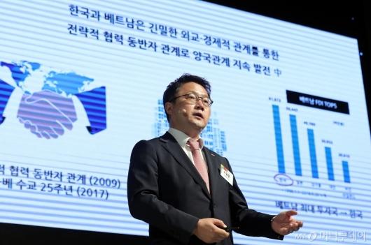 [사진]'신한은행 베트남 진출 사례' 설명하는 노용훈 본부장