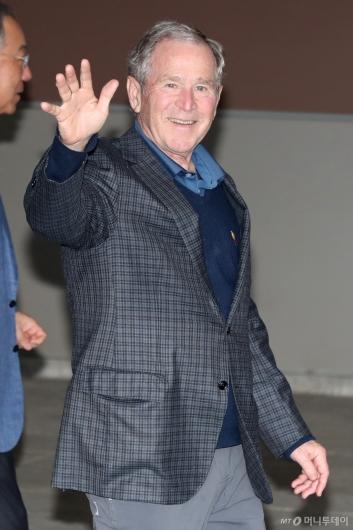 [사진]손 흔드는 조지 부시