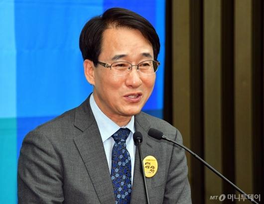 [사진]인사말 전하는 이원욱 원내수석부대표