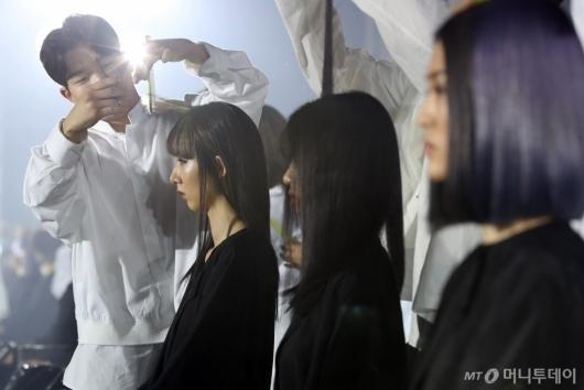 [사진]우먼 컷 & 컬러 시연하는 준오 아카데미 디자이너들