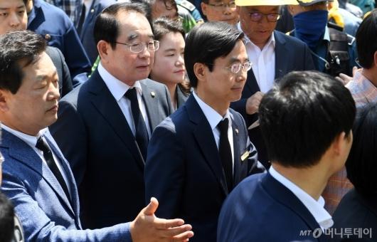 [사진]노무현 전 대통령 10주기 추도식 참석하는 자유한국당 의원들