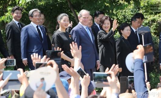 [사진]故 노무현 전 대통령 10주기 추도식 참석하는 조지 부시
