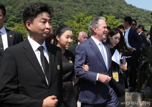 [사진]추도식 참석하는 노건호-조지 부시