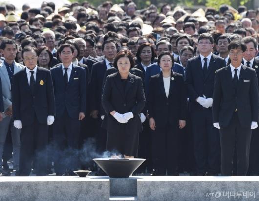 [사진]故 노무현 전 대통령 묘역 참배하는 권양숙 여사