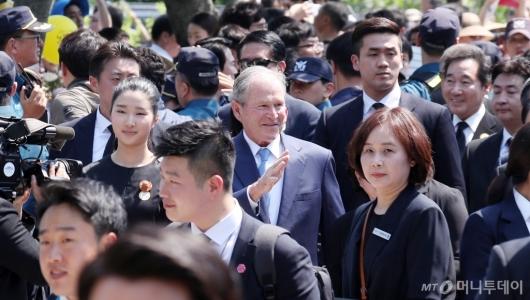[사진]조지 부시, 시민들 속 故노무현 전 대통령 추도식 참석