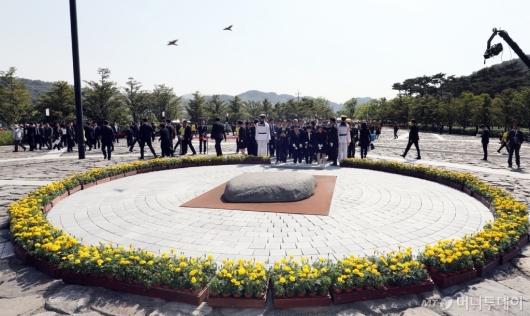 [사진]故 노무현 전 대통령 묘역 참배하는 참석자들