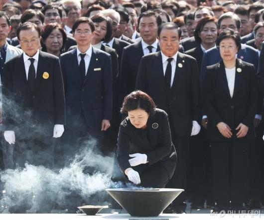[사진]故 노무현 전 대통령 묘역 분향하는 김정숙 여사