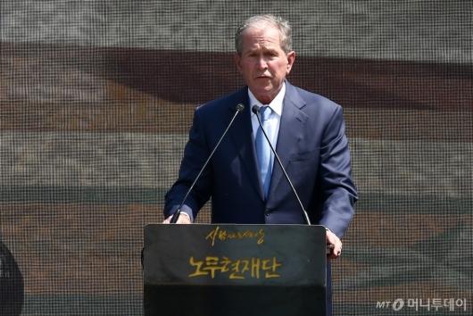 [사진]추도사하는 조지 부시 미국 대통령