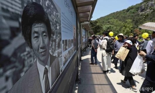 [사진]故 노무현 전 대통령 사진 보는 시민들