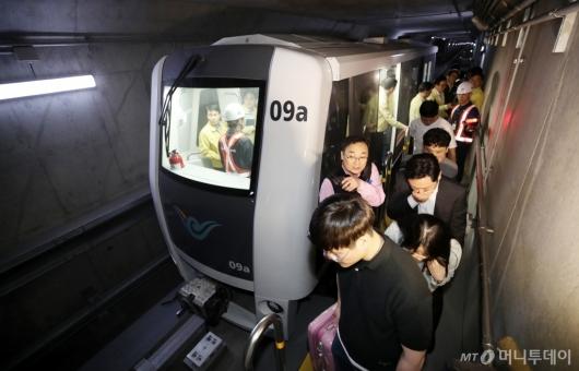 [사진]'셔틀트레인 화재 훈련, 대피하는 승객들'