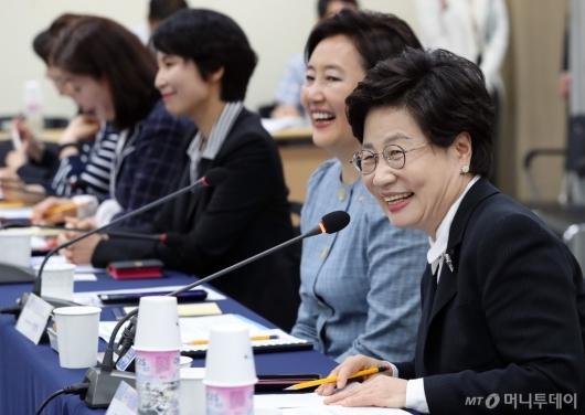 [사진]발언하는 정윤숙 회장