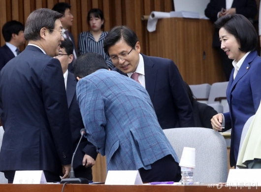 [사진]당대표 주재 연석회의 참석하는 황교안