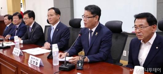 [사진]국회 외통위 당정협의하는 김연철 장관