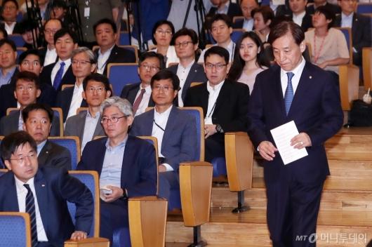 [사진]한국은행 창립 기념식 참석하는 이주열 총재
