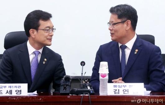 [사진]대화하는 김연철-조세영