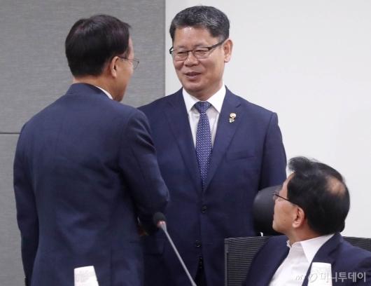 [사진]의원들과 인사 나누는 김연철 장관