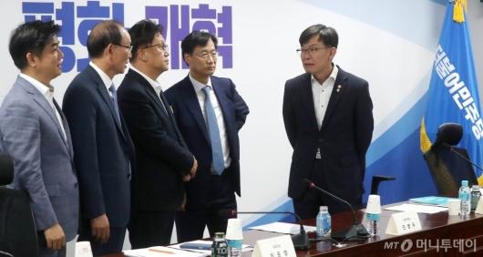 [사진]정무위 의원들과 대화하는 김상조 위원장