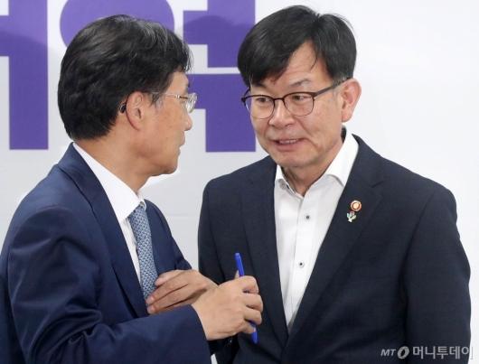 [사진]의견 나누는 김상조-유동수