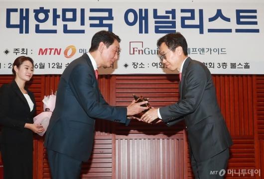 [사진]NH투자증권, 10회 MTN 애널리스트 대상 '증권사 탑오브더베스트' 공동수상