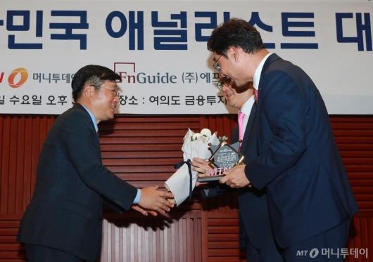 [사진]10회 애널리스트 대상 시상하는 유승호 MTN 대표