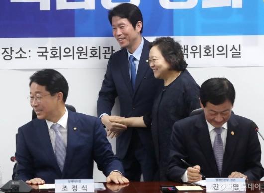 [사진]손잡고 회의 참석하는 이인영-인재근