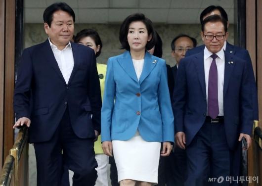 [사진]긴급토론회 참석하는 나경원