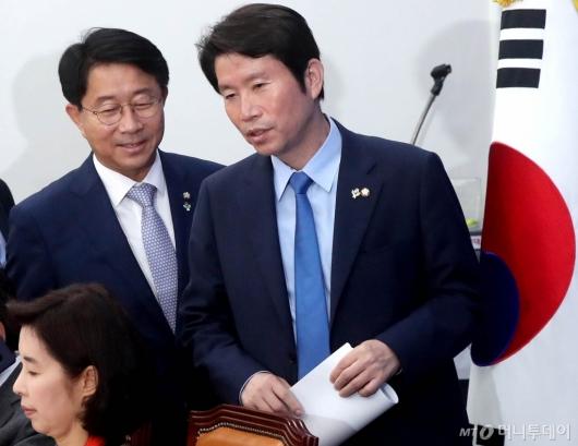[사진]정책조정회의 참석하는 이인영-조정식