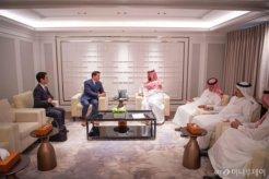 사우디 왕세자와 사진 찍은 총수들<br>단독면담 선물은…